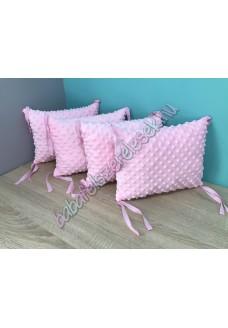 Világos rózsaszín minky-s párnás rácsvédő